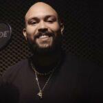 Jesse Brown singt Songs für die Lernenden von Musik Aktiv E-Learning